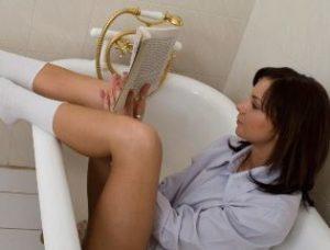 «За» и «против» принятия ванной во время месячных